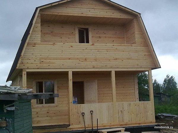 Дом из бруса 6х6 со встроенной террасой и балконом.